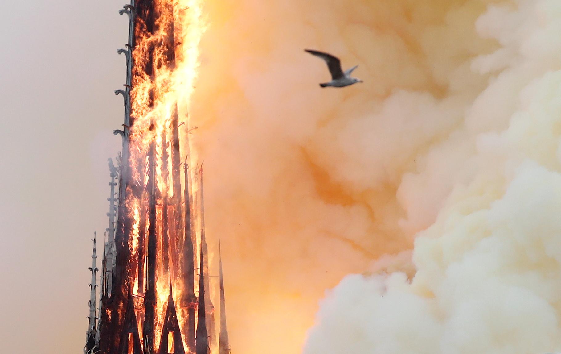 بداية إنهيار أحد أبراج الكاتدرائية