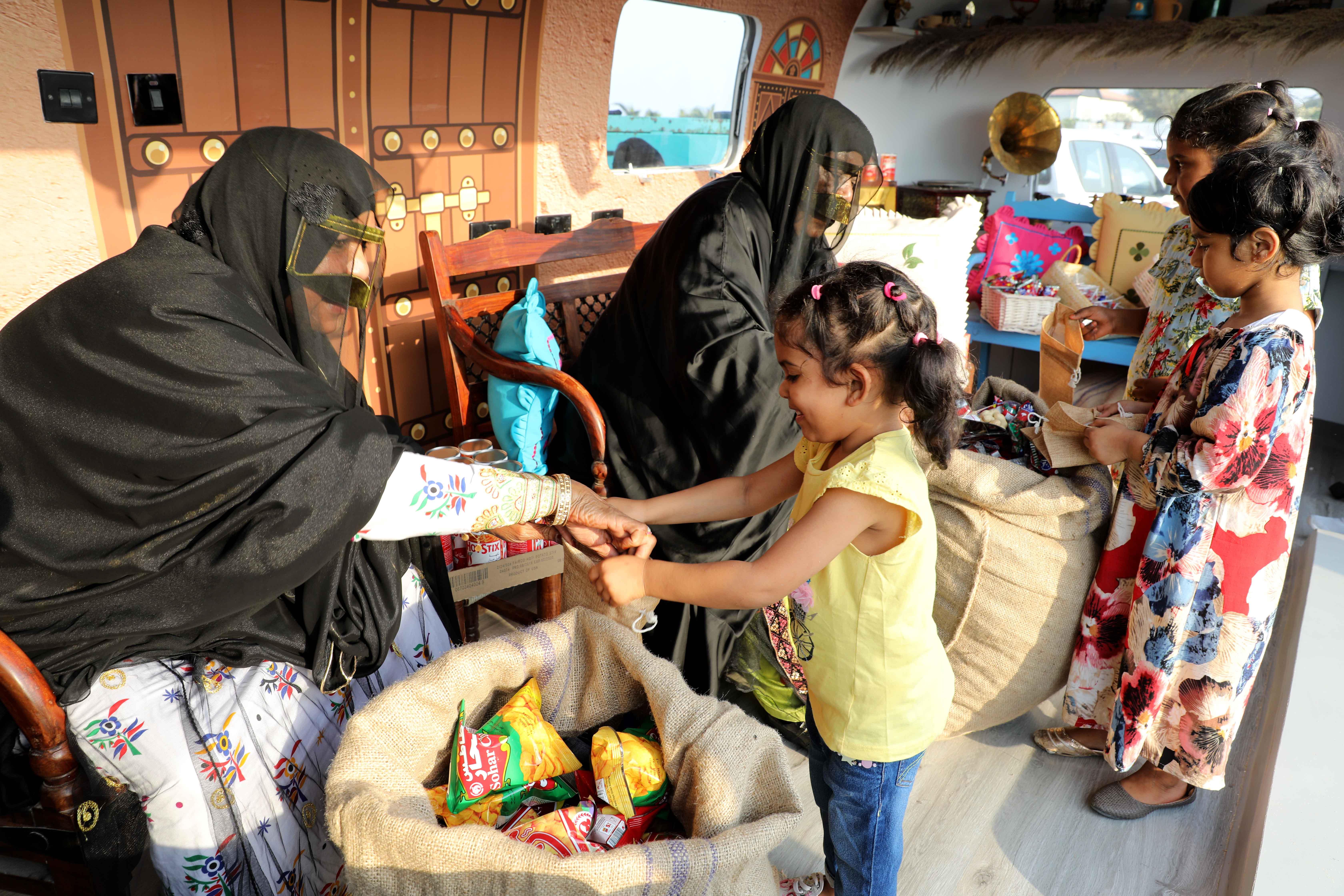 قافلة النصف من شعبان تحتفى بالتراث الشعبى وتجوب الإمارات (4)