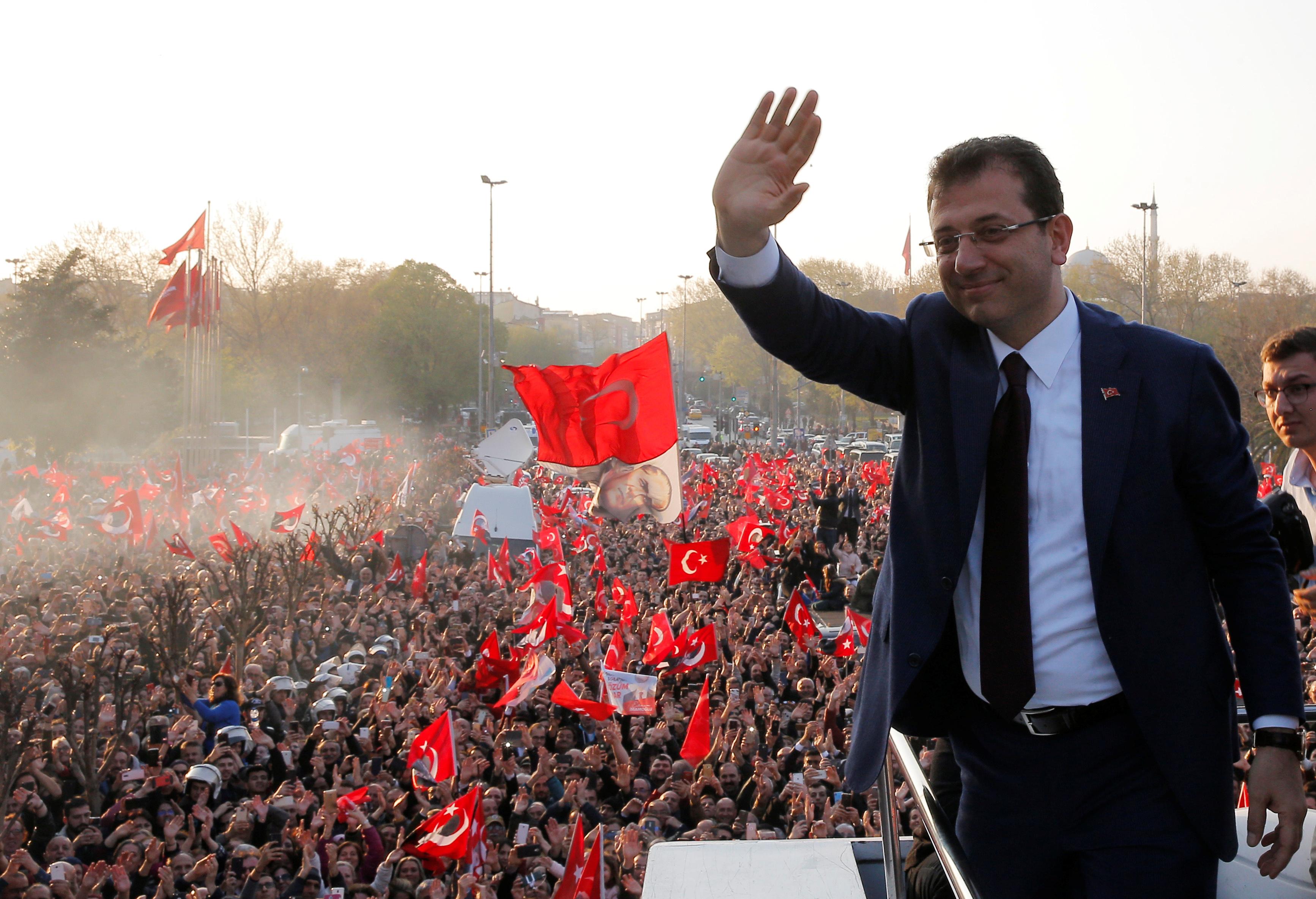 احتفالات اسطنبول بفوز مرشح المعارضة على حساب الحزب الحاكم (1)
