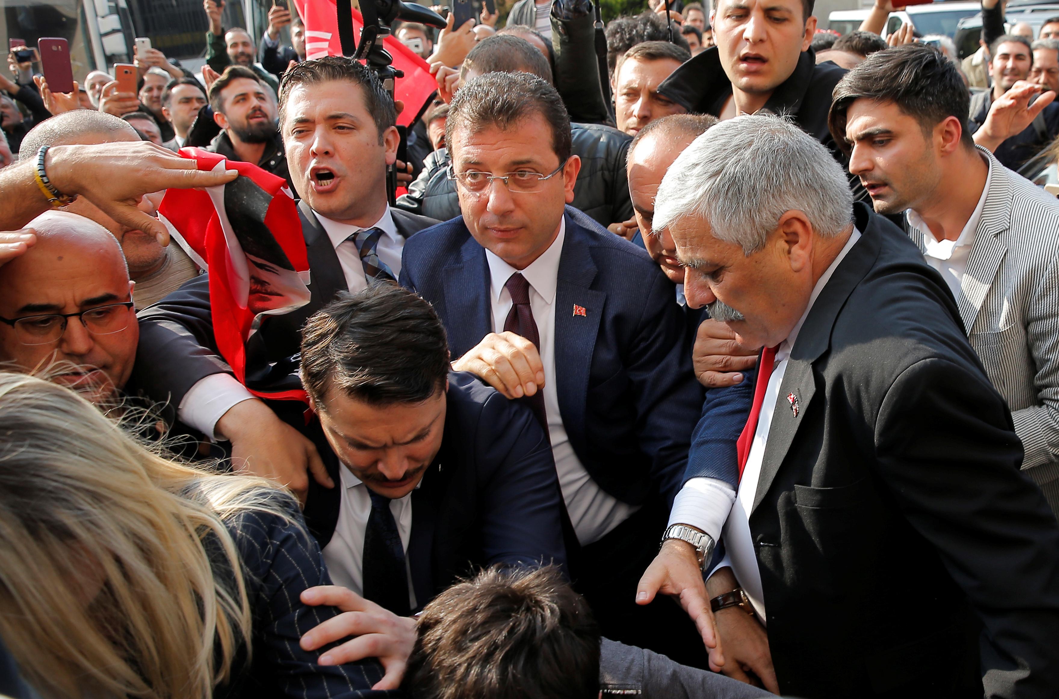 احتفالات اسطنبول بفوز مرشح المعارضة على حساب الحزب الحاكم (20)