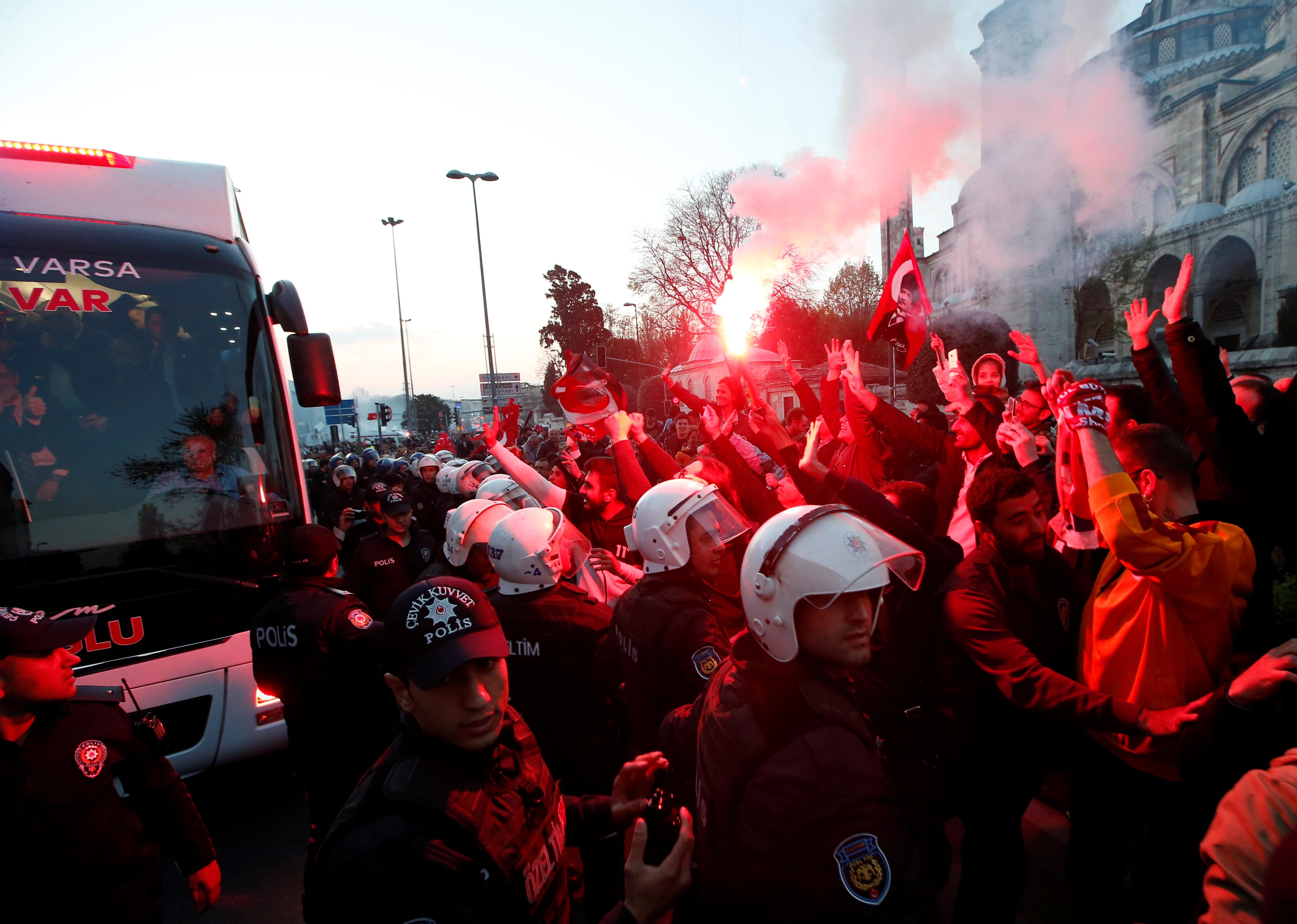 احتفالات اسطنبول بفوز مرشح المعارضة على حساب الحزب الحاكم (17)