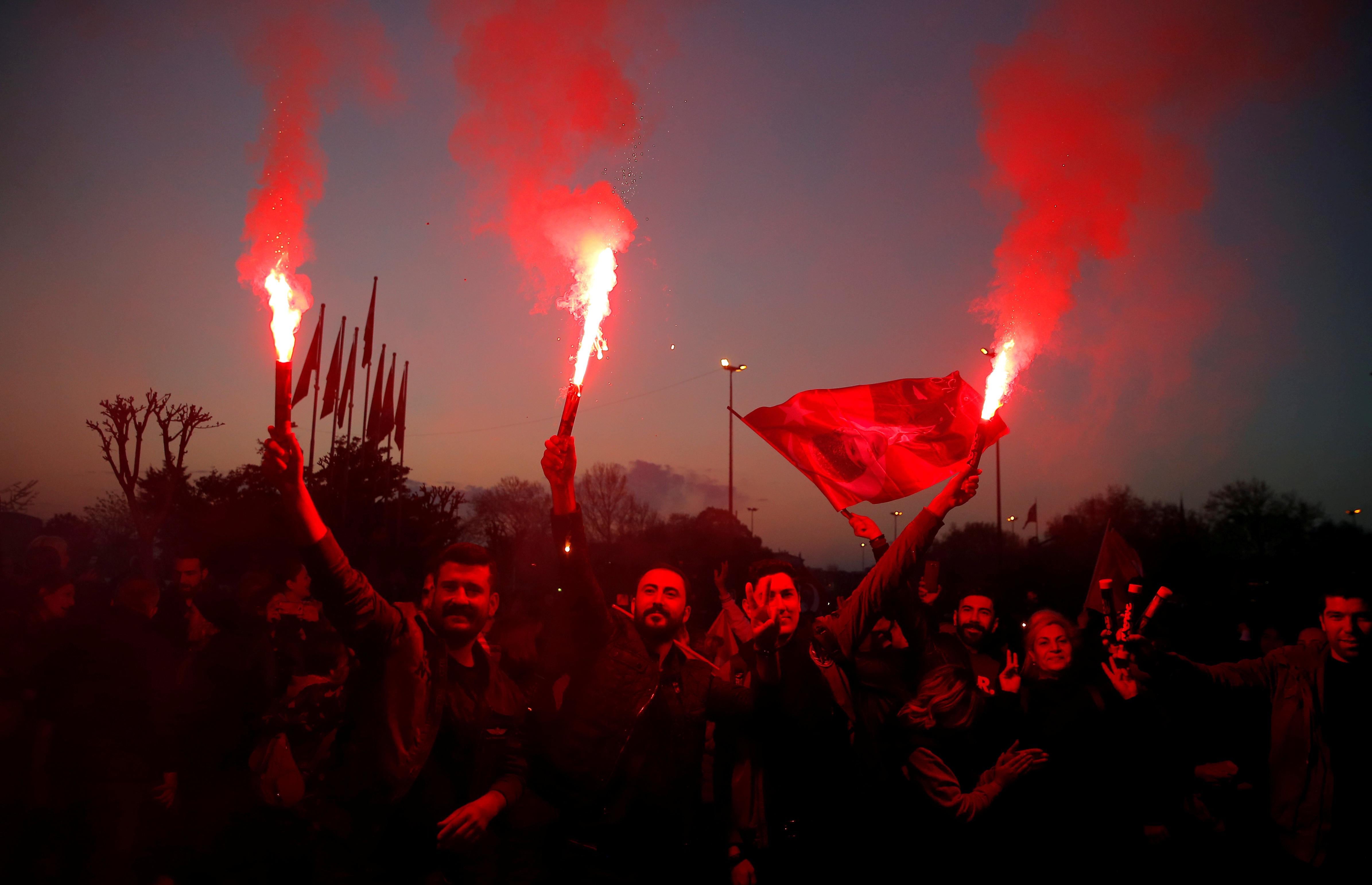 احتفالات اسطنبول بفوز مرشح المعارضة على حساب الحزب الحاكم (18)