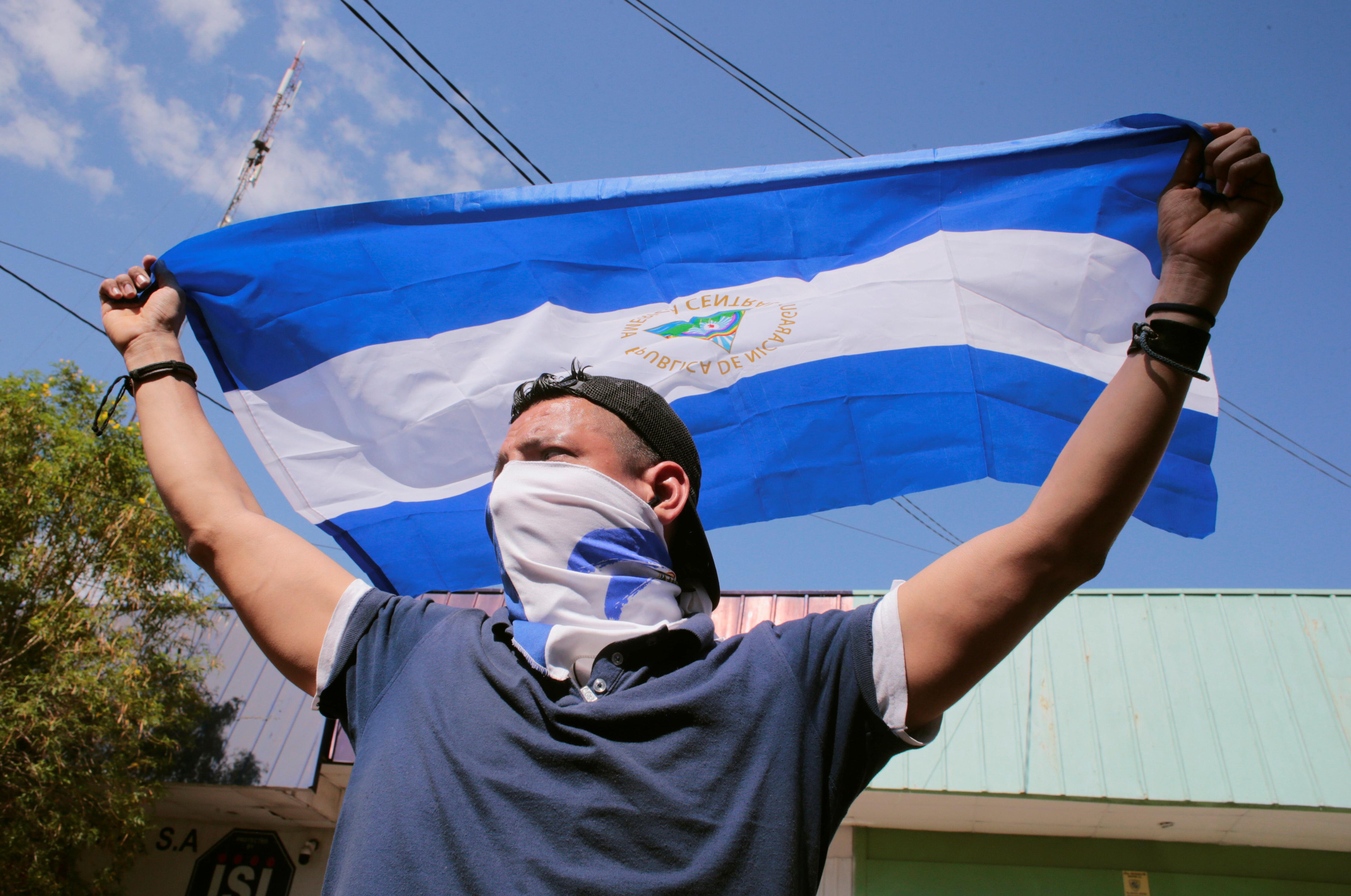 متظاهر يحمل علم نيكاراجوا