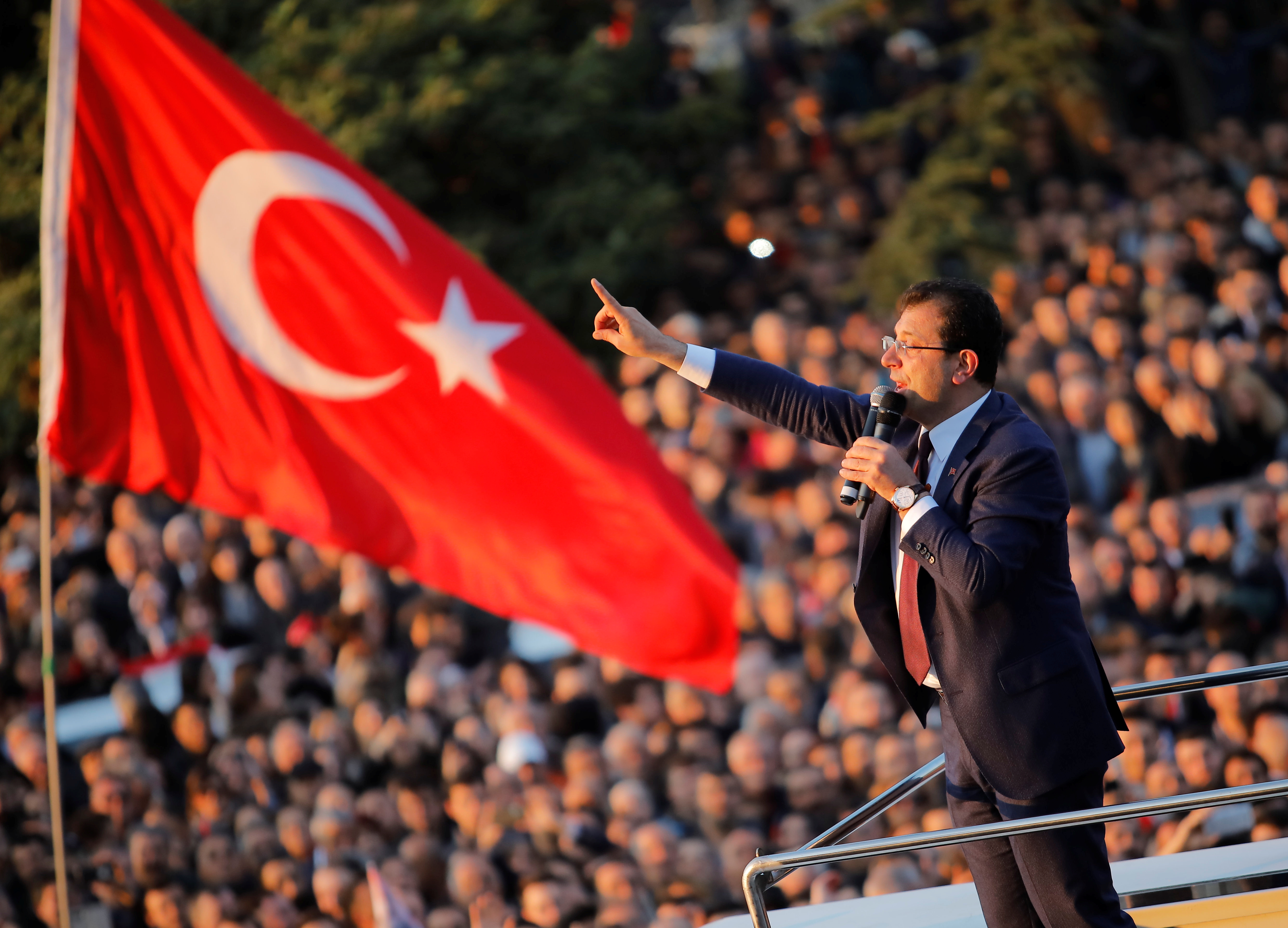 احتفالات اسطنبول بفوز مرشح المعارضة على حساب الحزب الحاكم (14)