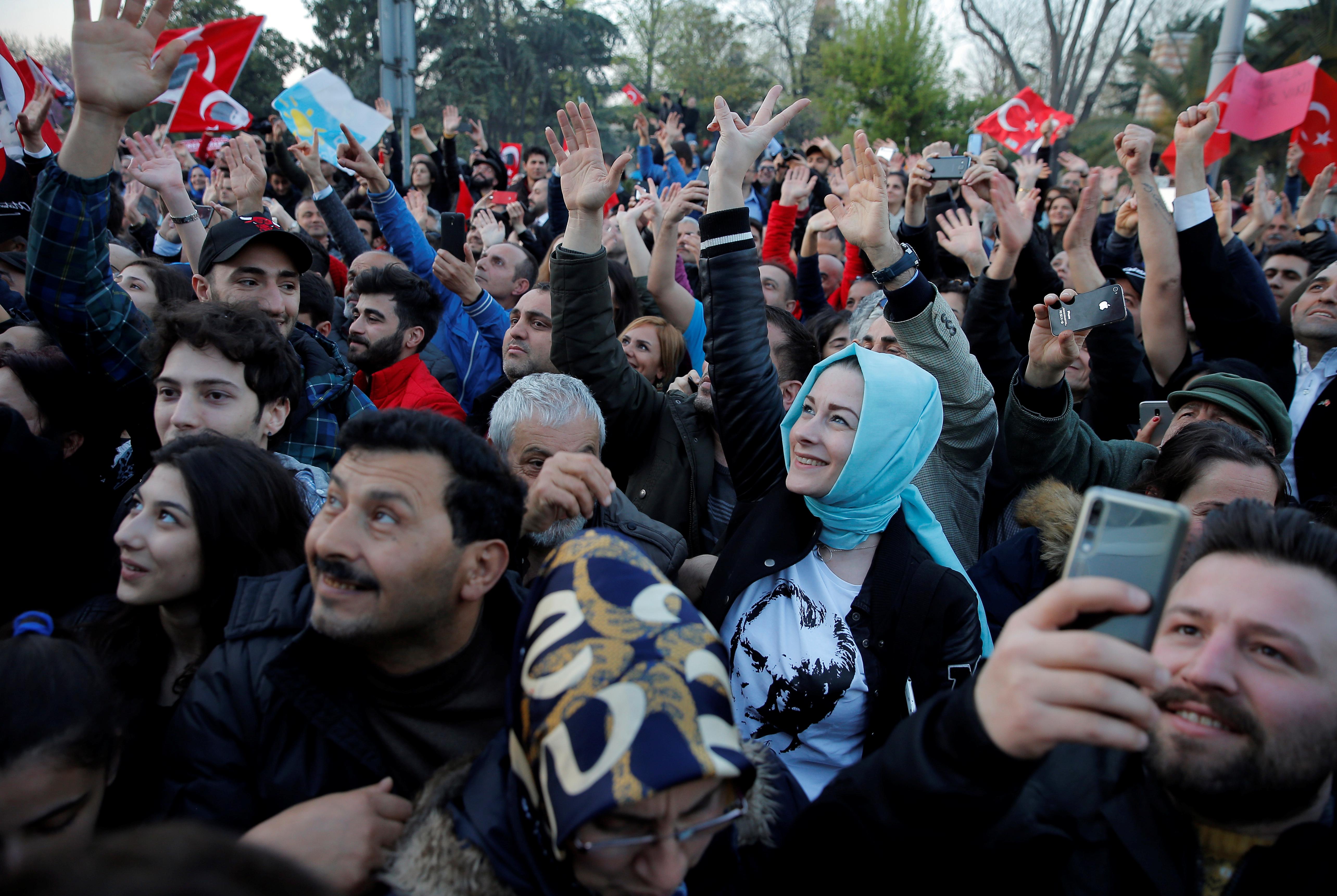 احتفالات اسطنبول بفوز مرشح المعارضة على حساب الحزب الحاكم (8)