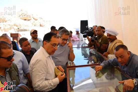 رئيس-الوزراء-ووزير-الآثار-فى-الأقصر-لافتتاح-مقبرتين-فرعونيتين-(26)