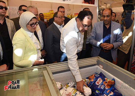رئيس الوزراء يتفقد معرض سوبر ماركت أهلا رمضان (8)