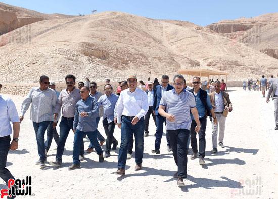 رئيس الوزراء يزور منطقة وادي الملوك في مستهل جولته بالأقصر (12)