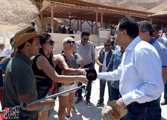رئيس الوزراء يزور منطقة وادي الملوك في مستهل جولته بالأقصر (10)