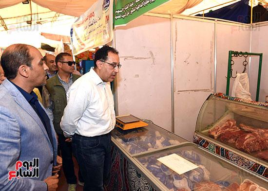 رئيس الوزراء يتفقد معرض سوبر ماركت أهلا رمضان (1)