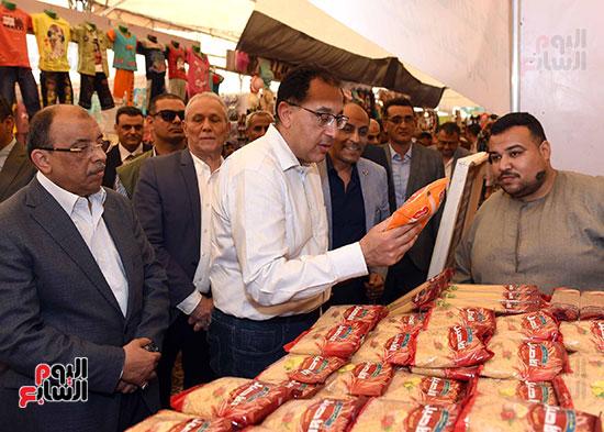 رئيس الوزراء يتفقد معرض سوبر ماركت أهلا رمضان (6)