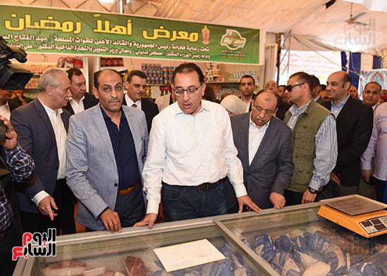رئيس الوزراء يتفقد معرض سوبر ماركت أهلا رمضان (3)