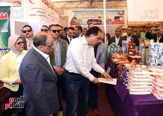 رئيس الوزراء يتفقد معرض سوبر ماركت أهلا رمضان (5)
