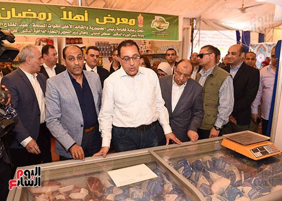 رئيس الوزراء يتفقد معرض سوبر ماركت أهلا رمضان (2)