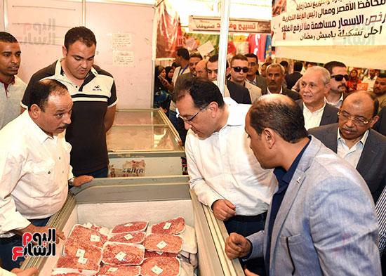 رئيس الوزراء يتفقد معرض سوبر ماركت أهلا رمضان (9)
