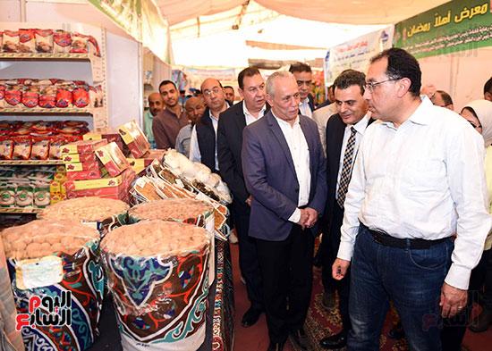 رئيس الوزراء يتفقد معرض سوبر ماركت أهلا رمضان (4)
