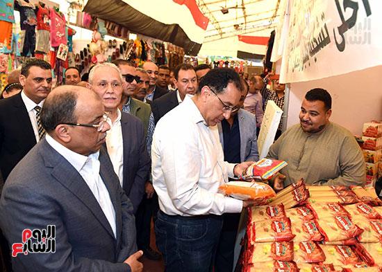 رئيس الوزراء يتفقد معرض سوبر ماركت أهلا رمضان (7)