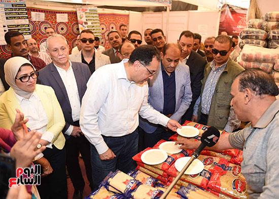 رئيس الوزراء يتفقد معرض سوبر ماركت أهلا رمضان (10)