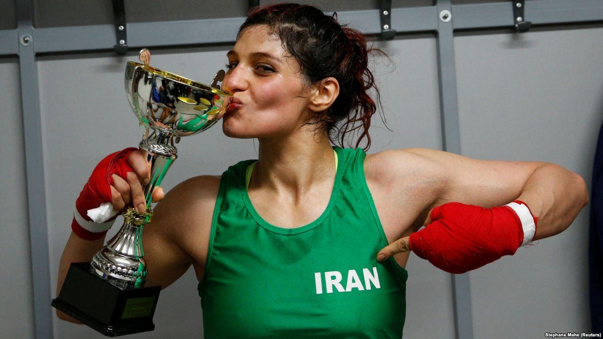الملاكمة الإيرانية صدف خادم تحتفل بالكأس