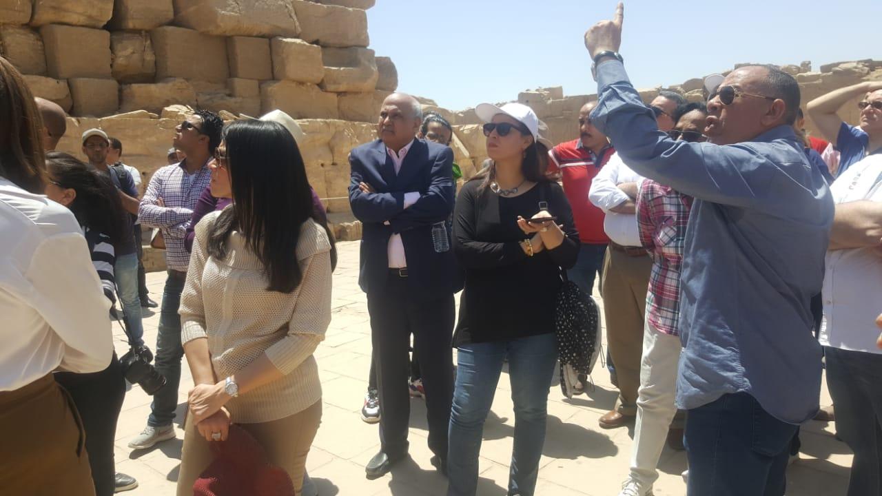 رانيا المشاط تستمع لشرح حول آثار معبد الكرنك