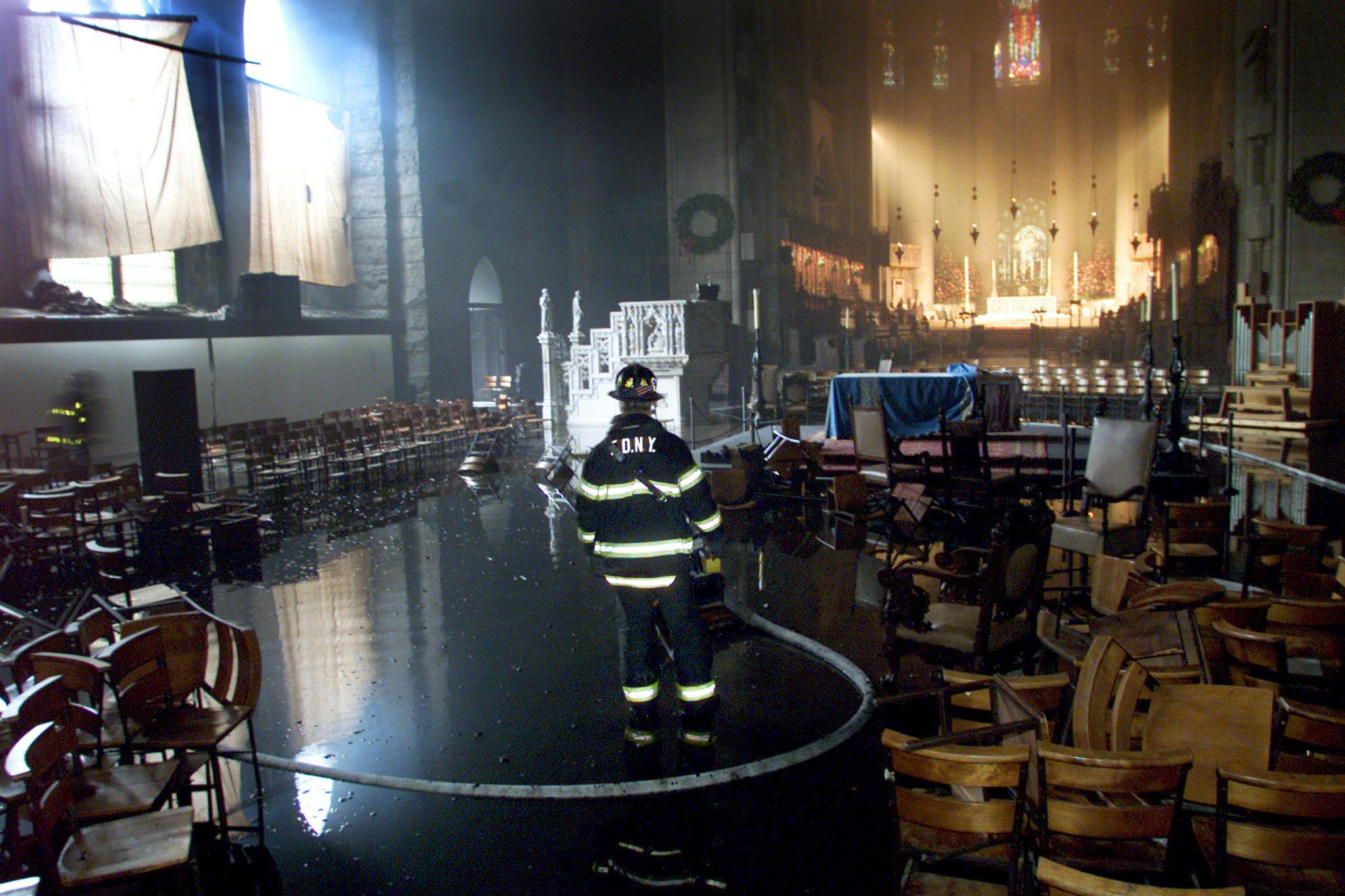 مسيرة حزينة فى قلب باريس بسبب حريق الكاتدرائية (14)