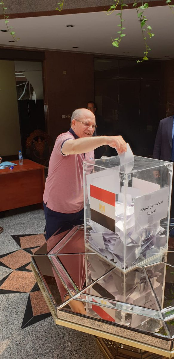 مواطن مصرى يدلى بصوته فى أول أيام التصويت للمصريين بالخارج