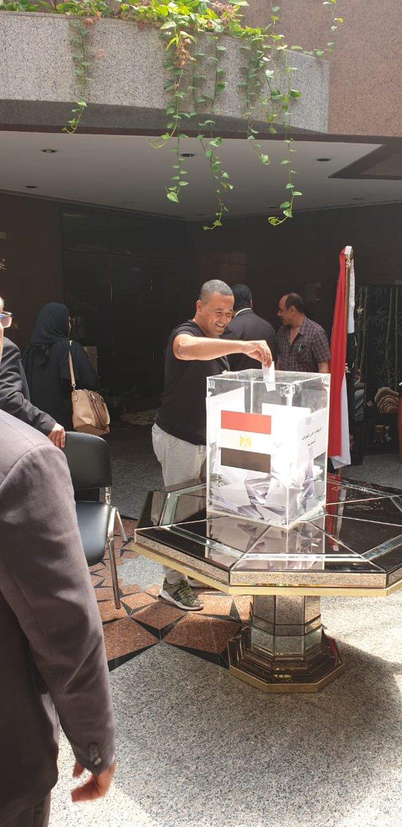 ابتسامة مصرية بعد الانتهاء من التصويت للمصريين فى الخارج
