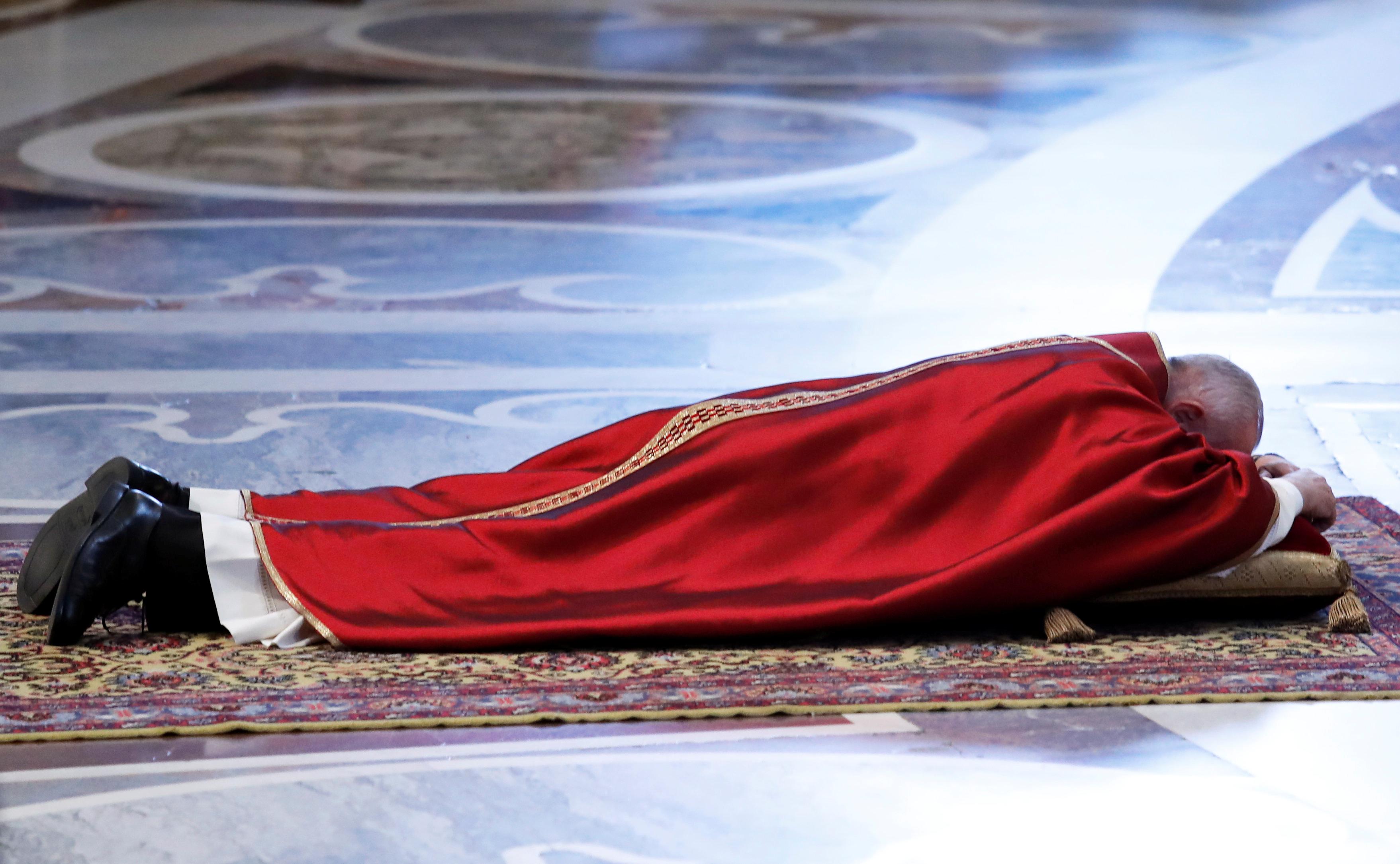 البابا فرانسيس يقود قداس الجمعة العظيمة (9)