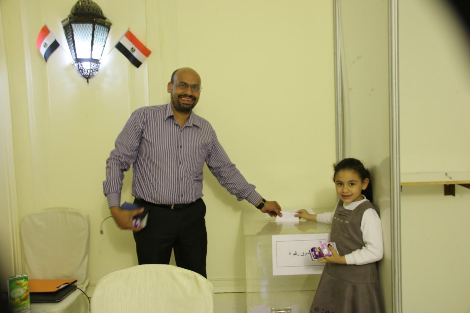 مصرى يصطحب نجلته للمشاركة فى الاستفتاء
