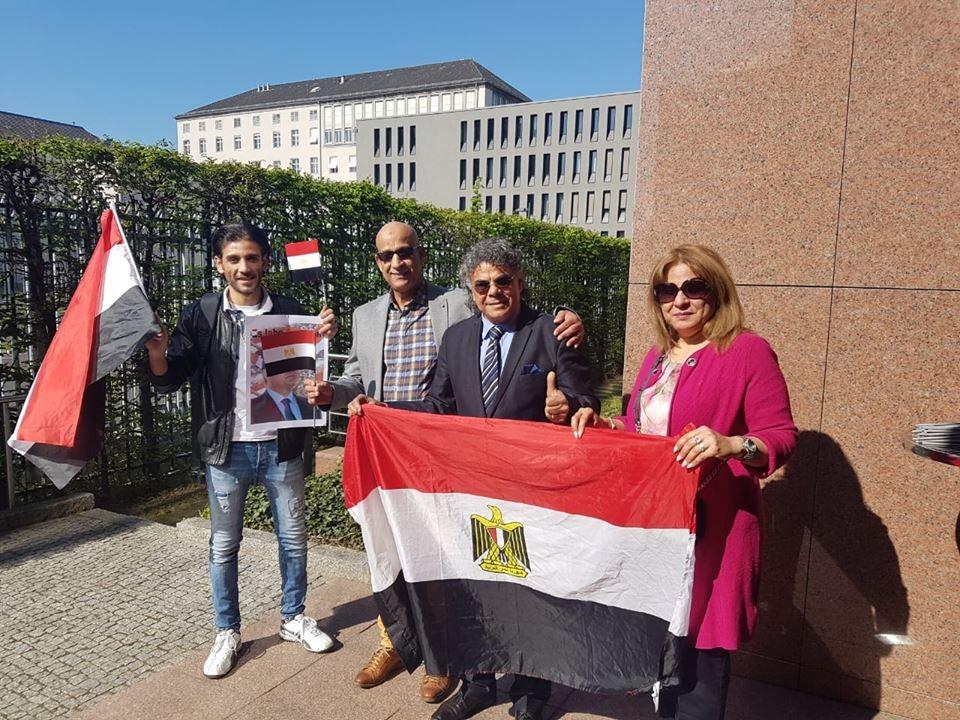 الأعلام المصرية تظهر فى أول أيام تصويت المصريين بالخارج