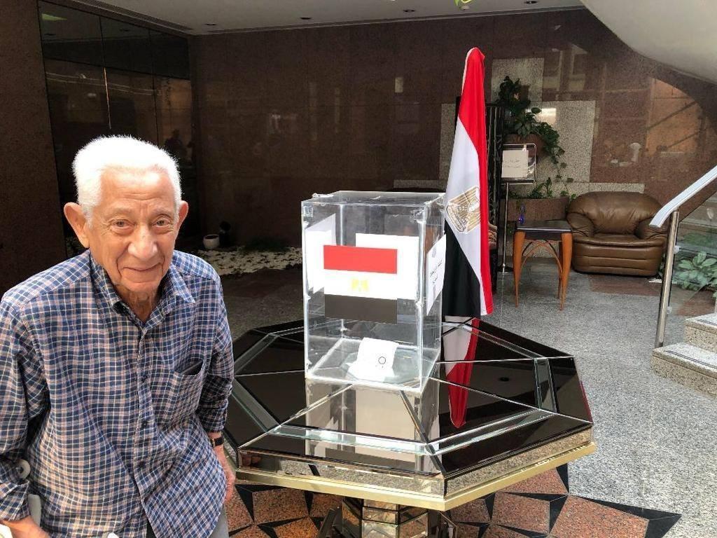 مواطن مصرى مقيم بالخارج يدلى بصوته فى الاستفتاء