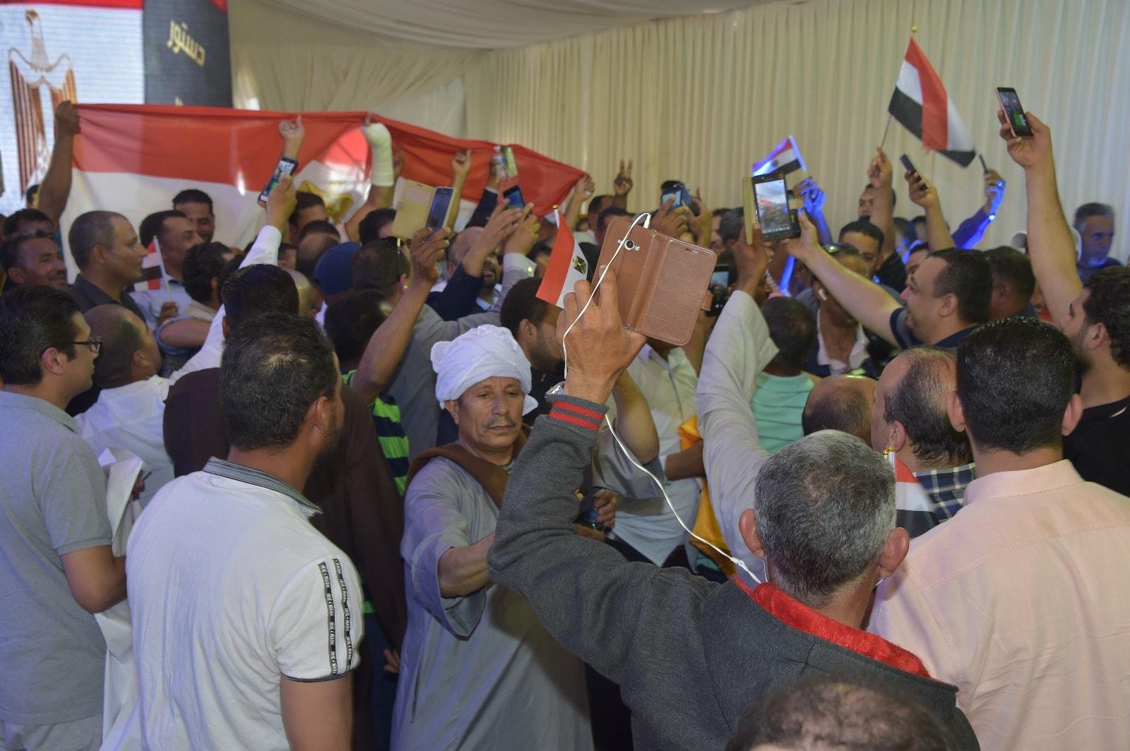 إقبال كثيف من المصريين فى الخارج على سفارة مصر فى الكويت (2)