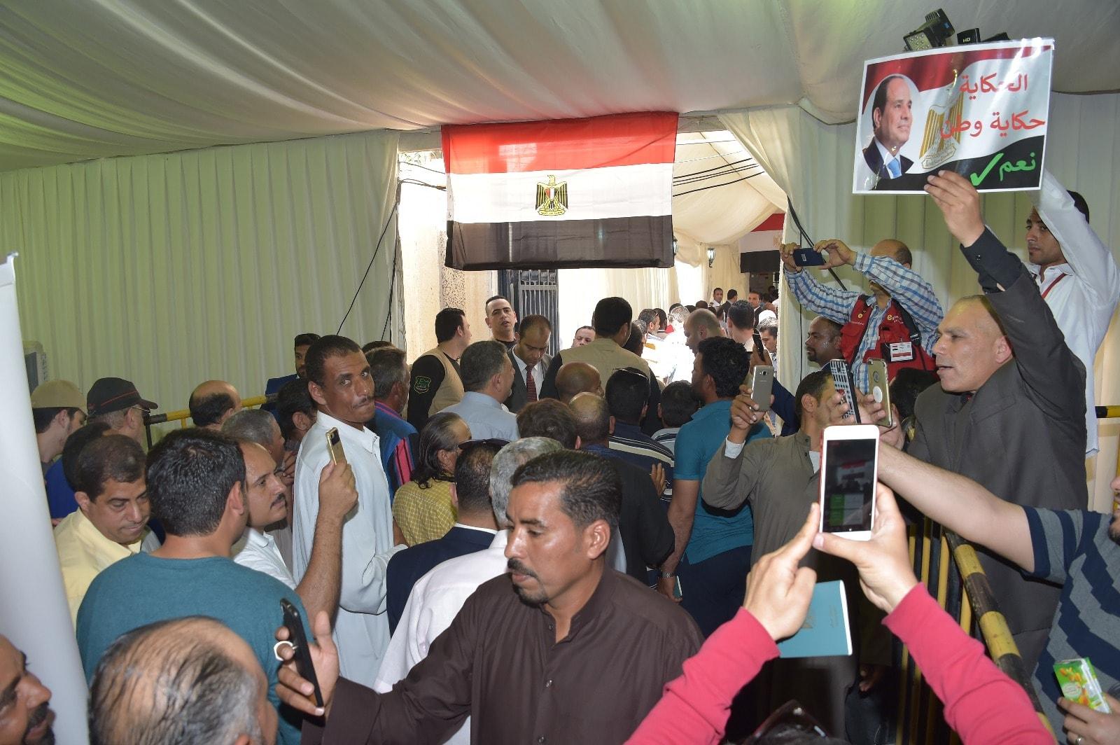 إقبال كثيف من المصريين فى الخارج على سفارة مصر فى الكويت (1)