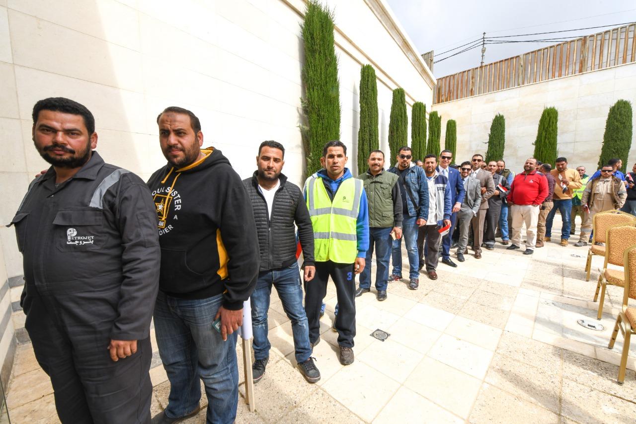 العاملون بشركات البترول المصرية أمام اللجنة الانتخابية 3