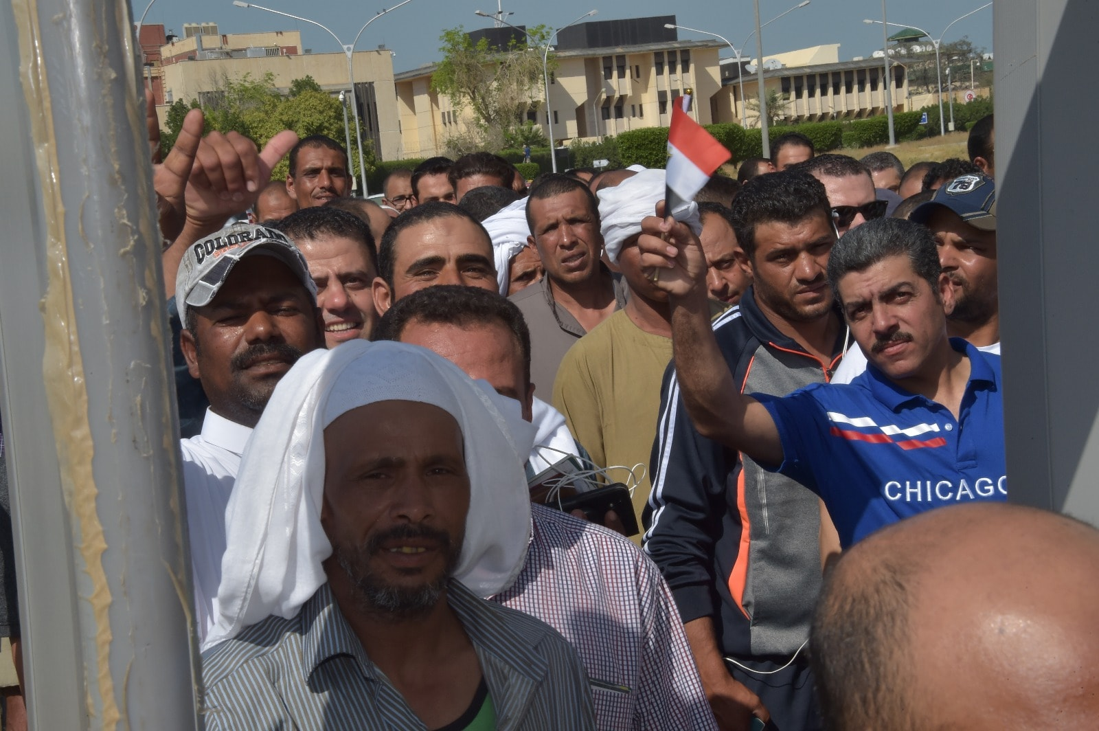 إقبال كثيف من المصريين فى الخارج على سفارة مصر فى الكويت (8)