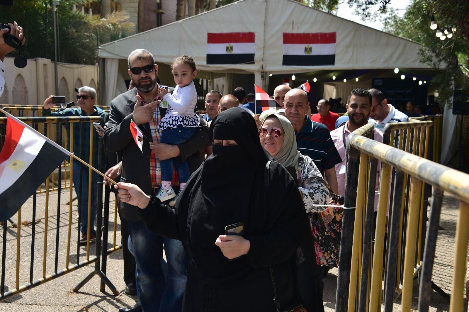 إقبال كثيف من المصريين فى الخارج على سفارة مصر فى الكويت (10)