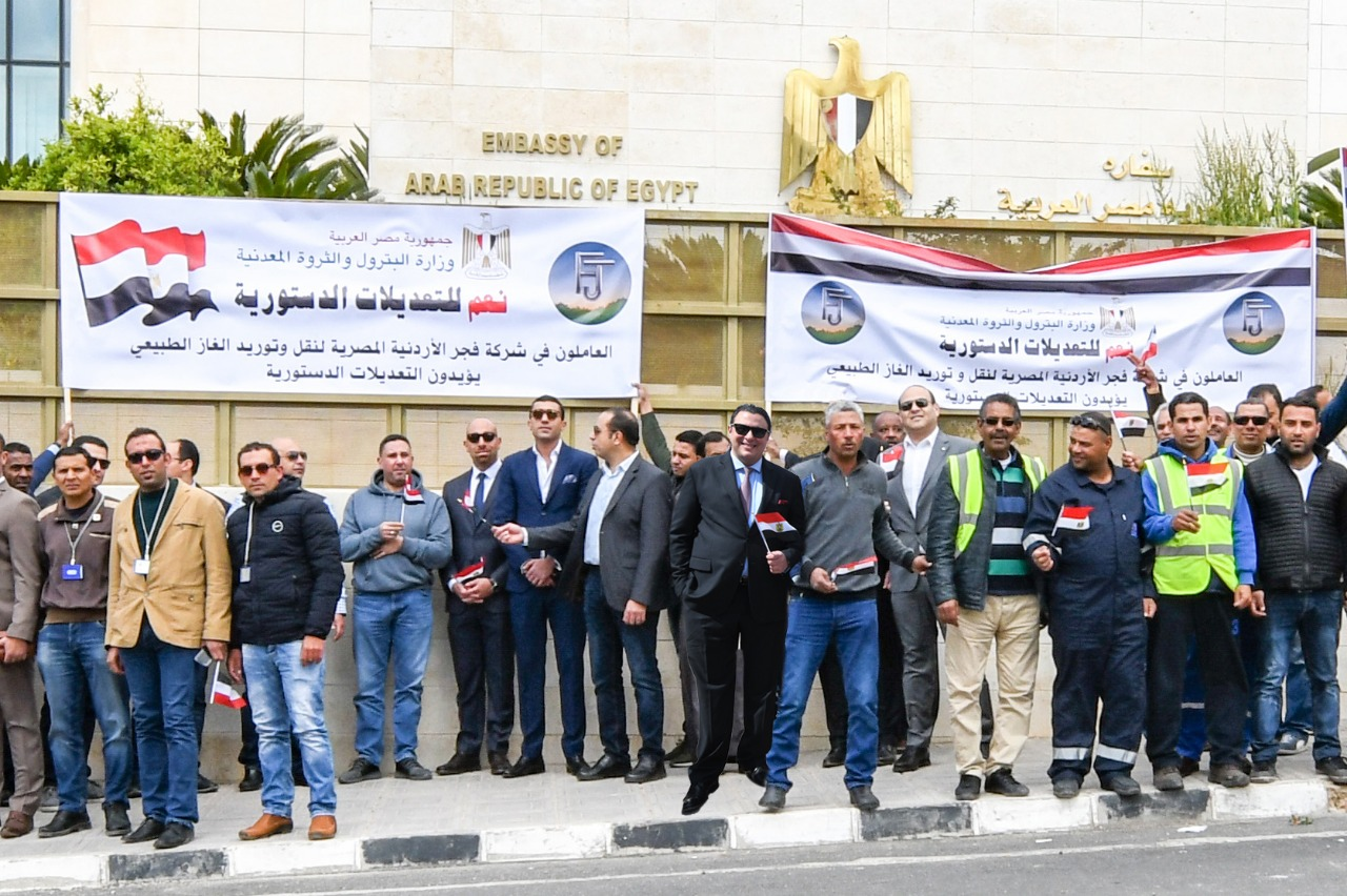 العاملون بشركات البترول المصرية أمام السفارة المصرية للإدلاء بأصواتهم