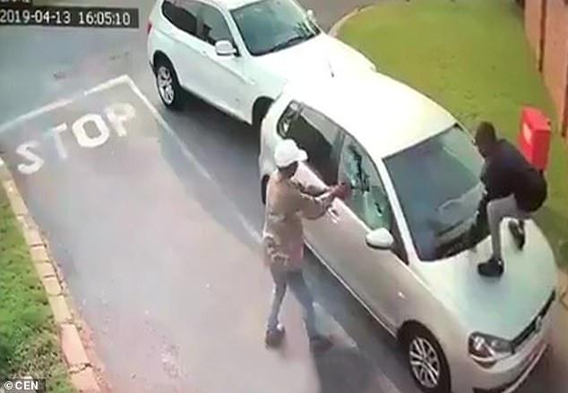 أثناء تحطيم زجاج السيارة