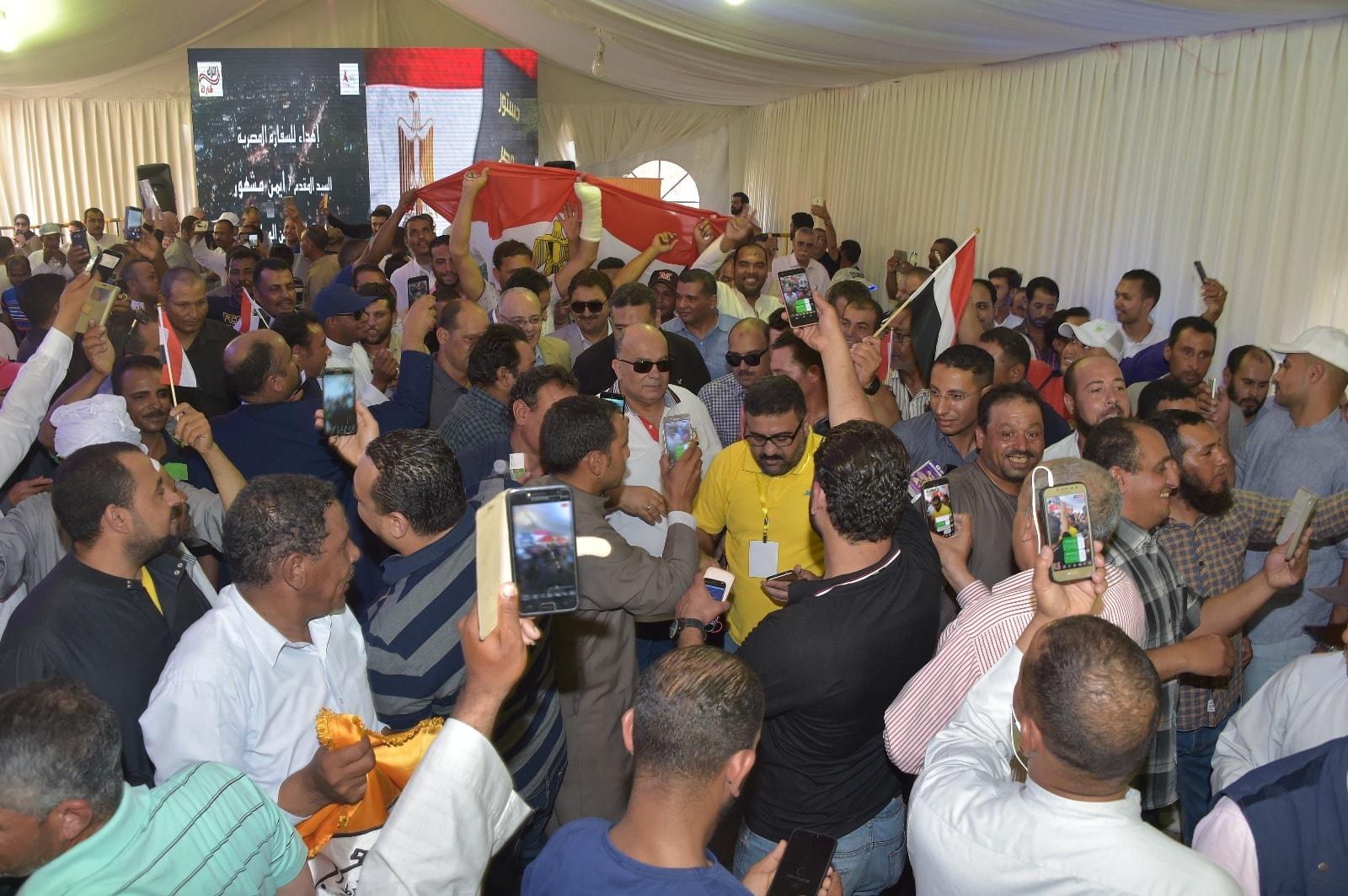 إقبال كثيف من المصريين فى الخارج على سفارة مصر فى الكويت (6)