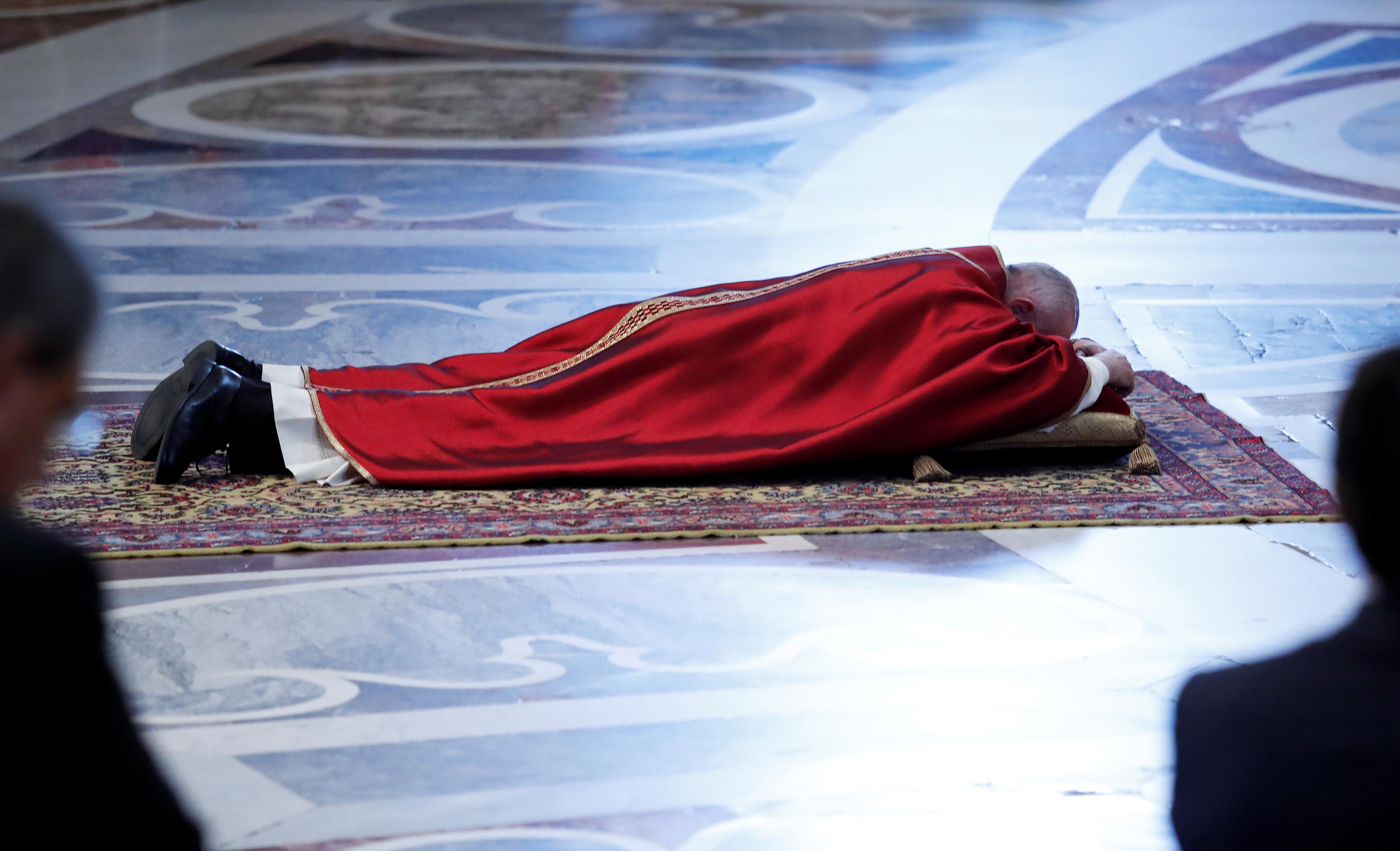 البابا فرانسيس يقود قداس الجمعة العظيمة (12)