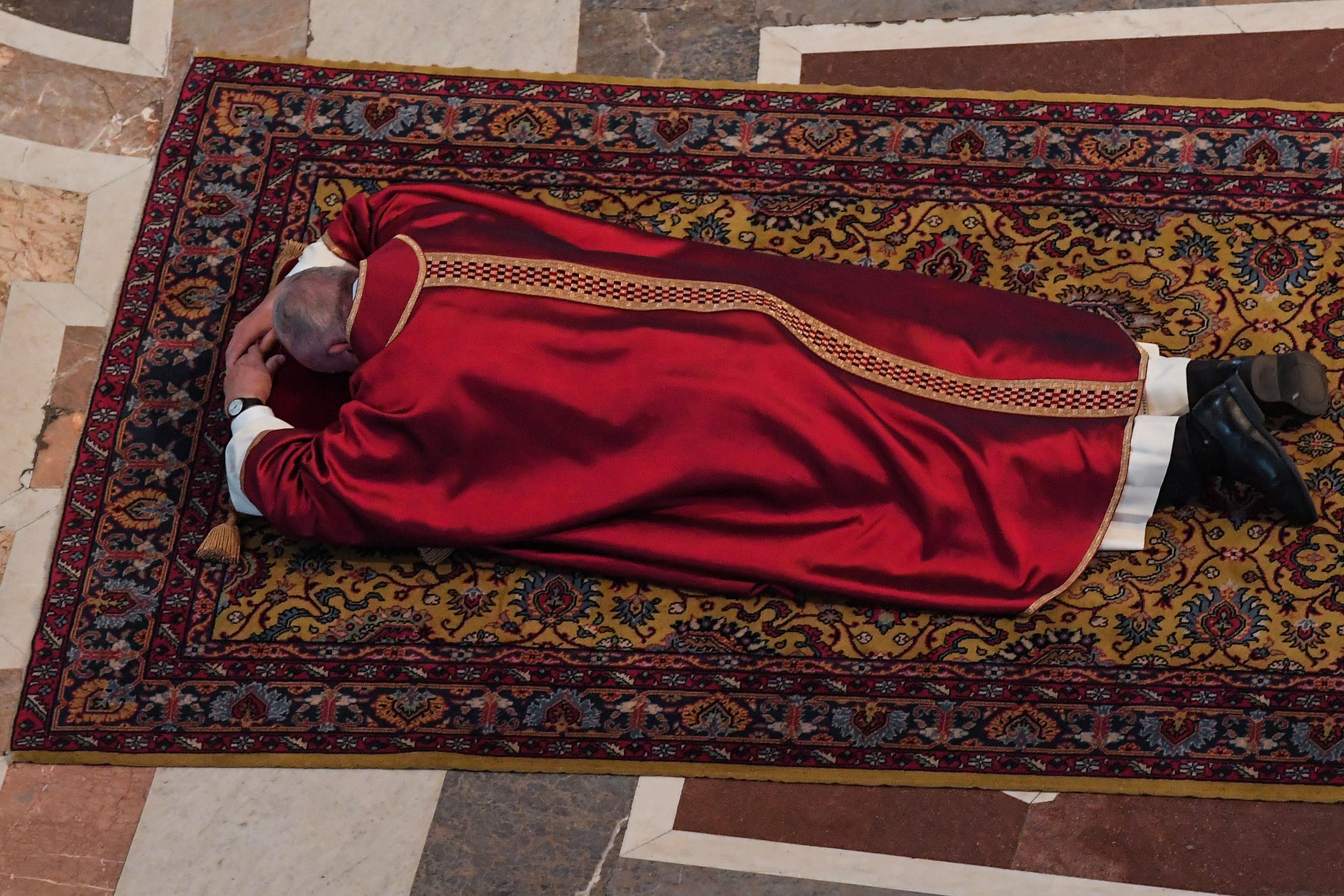 البابا فرانسيس يقود قداس الجمعة العظيمة (2)