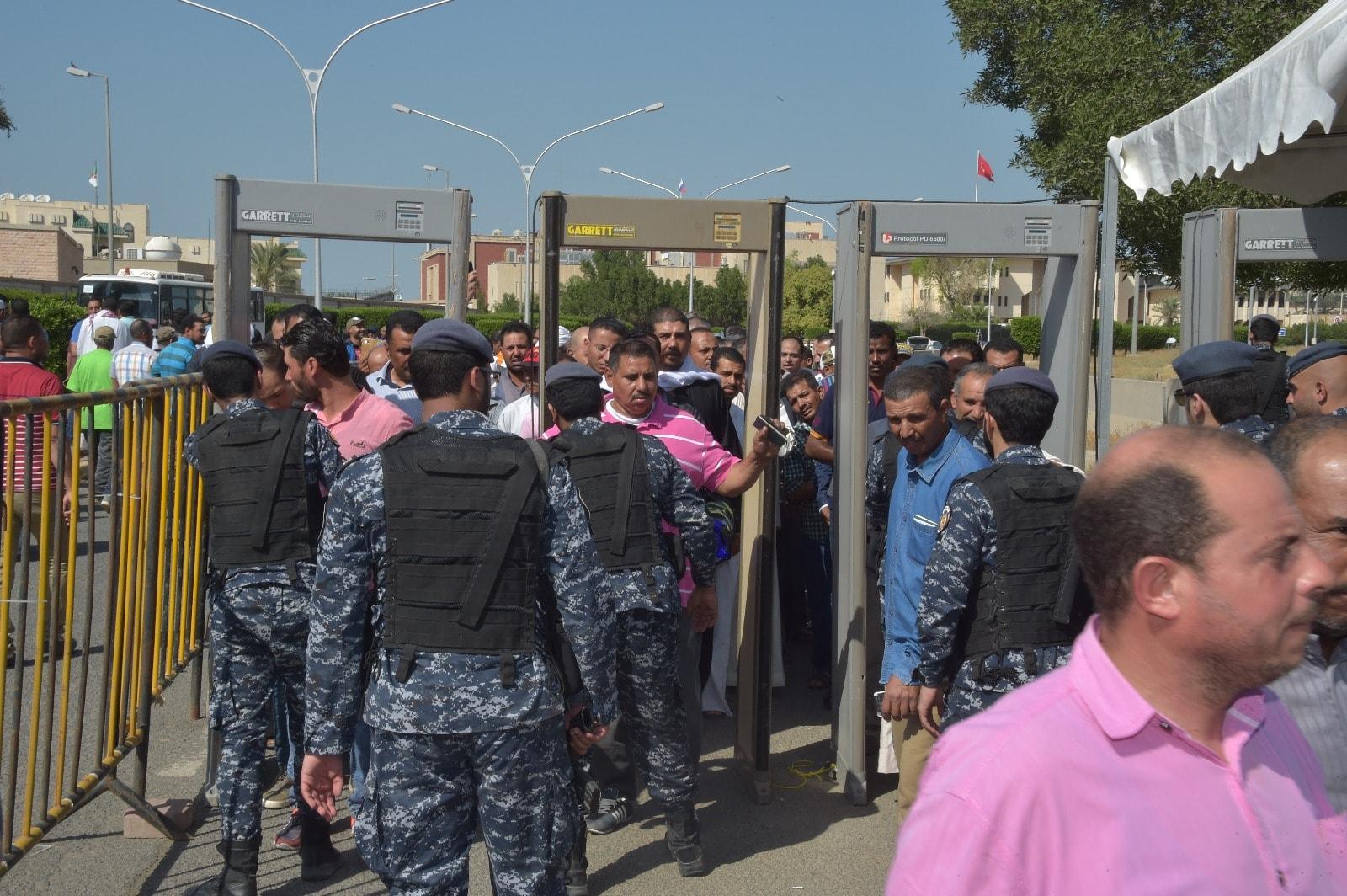 إقبال كثيف من المصريين فى الخارج على سفارة مصر فى الكويت (9)