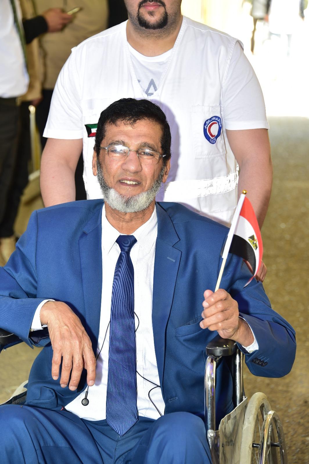 مواطن من ذوى الإعاقة يحرص على المشاركة حاملا علم مصر