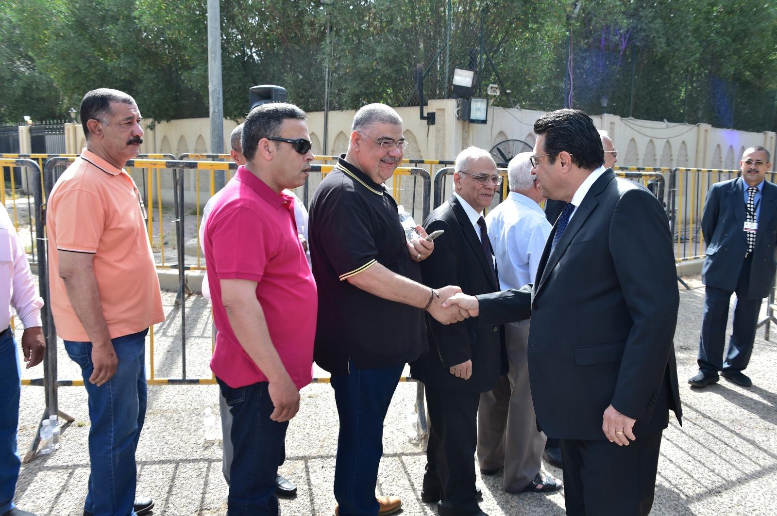 طوابير أمام مقرات السفارات للمشاركة فى الاستفتاء
