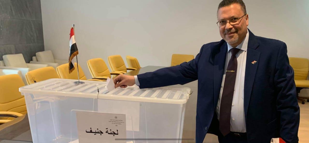 مواطن مصرى يدلى بصوته فى الانتخابات بجنيف