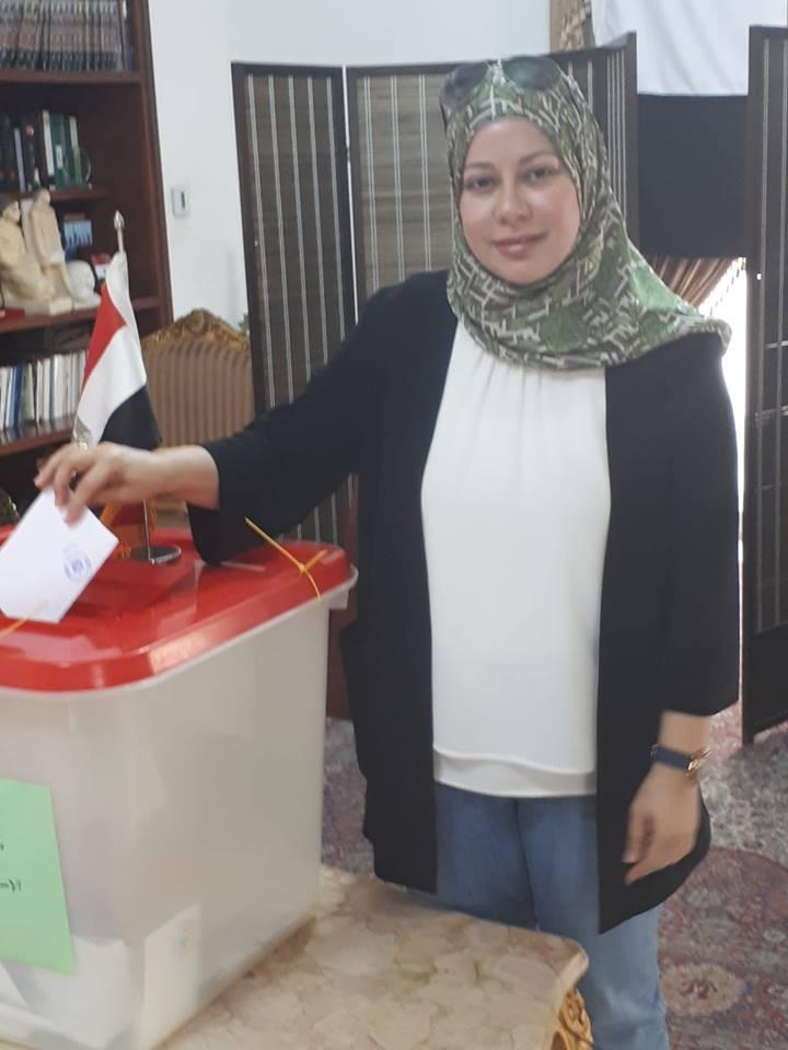 الدكتورة ندى مجاهد نائب رئيس جامعة البحرين تدلى بصوتها فى الاستفتاء
