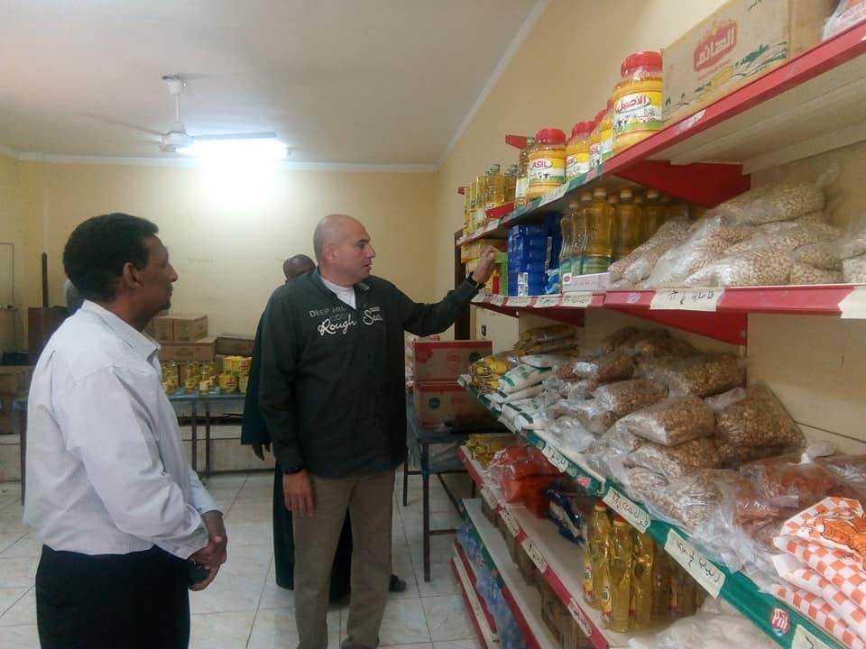 رئيس مدينة الطود يتفقد معرض سوبر ماركت أهلاً رمضان بعد إفتتاحه رسمياً لخدمة المواطنين (2)