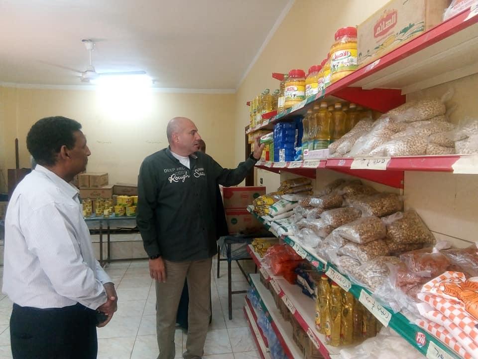 رئيس مدينة الطود يتفقد معرض سوبر ماركت أهلاً رمضان بعد إفتتاحه رسمياً لخدمة المواطنين (1)