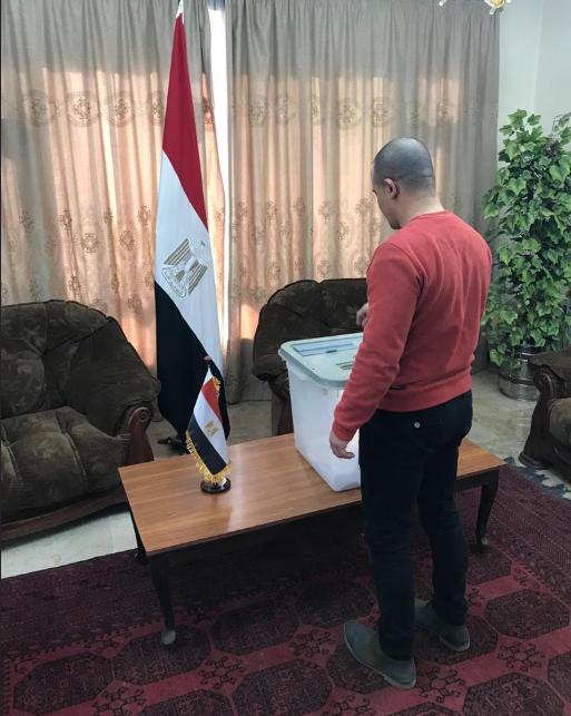 شاب مصرى يشارك فى الاستفتاء على التعديلات الدستورية
