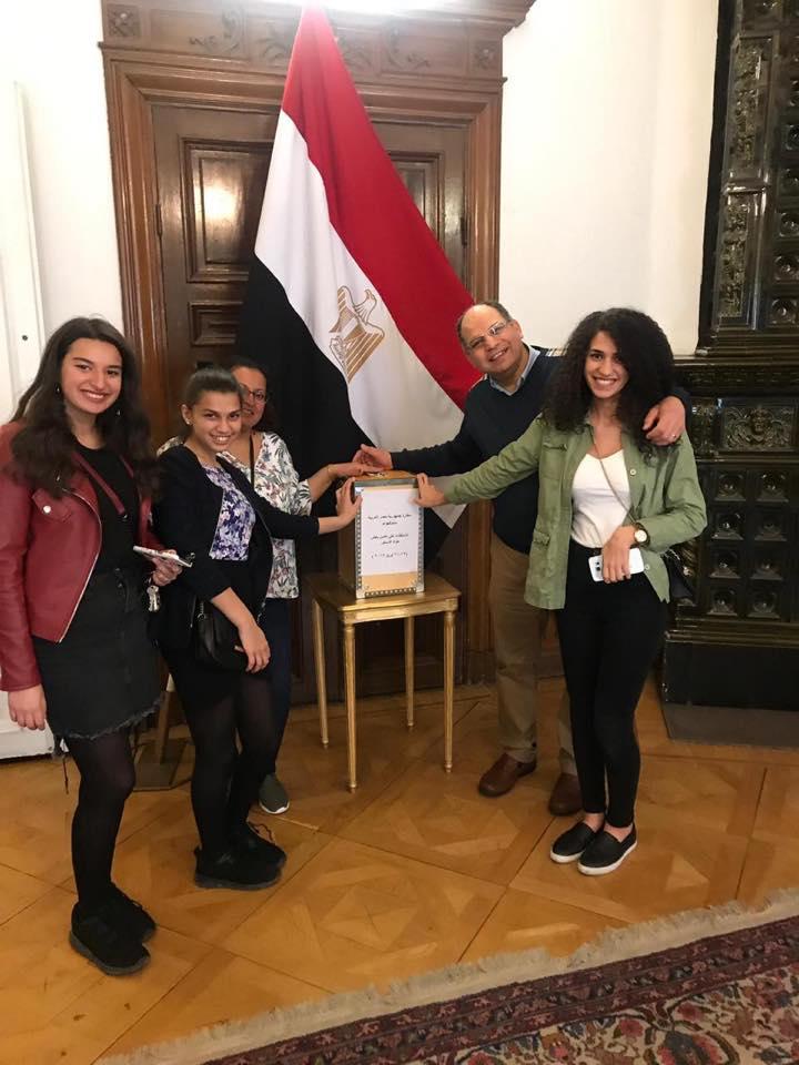 أبناء الجالية المصرية فى السويد بعد الإدلاء بأصواتهم فى التعديلات الدستورية